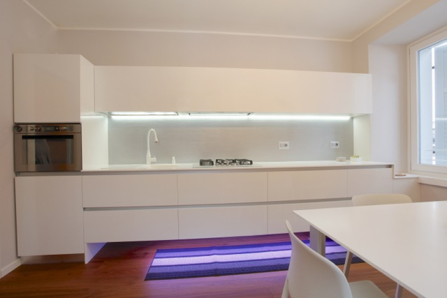 Cucina moderna sospesa con luci led realizzata in materiale acrilico lucido con top in Solid ...