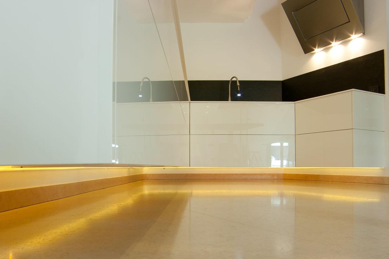 Cucina sospesa bianco lucido falegnameria gasperi - Cucina bianco lucido ...