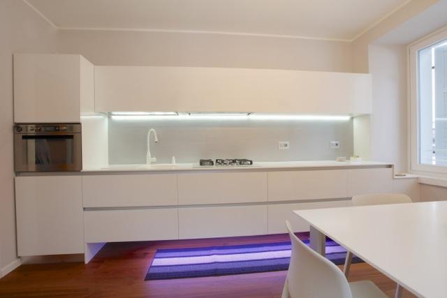 Cucina moderna sospesa con luci led realizzata in for Luci led cucina