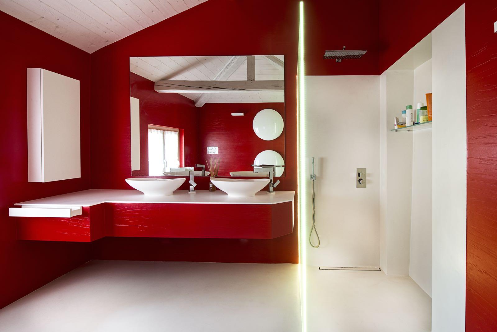 Bagni moderni luminosi e colorati falegnameria gasperi for Bagni in resina immagini